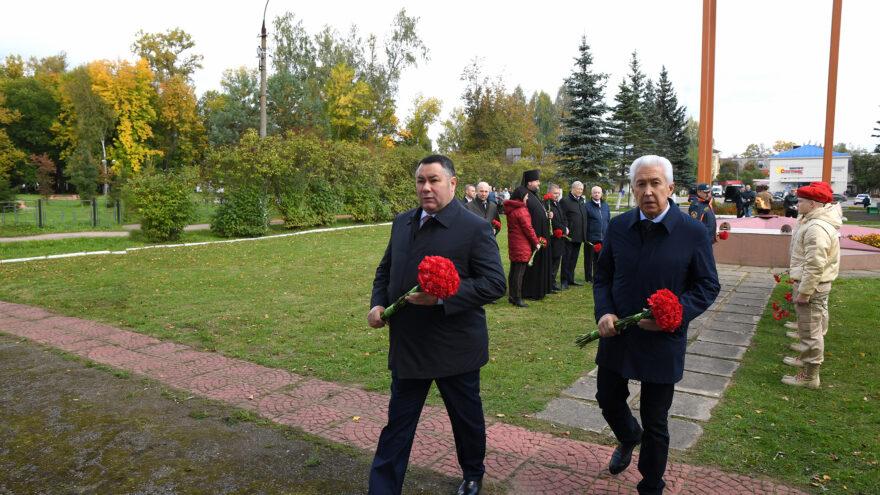 Губернатор Игорь Руденя возложил цветы к мемориалу «Вечная память» в Нелидове
