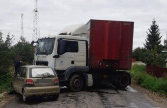 Фура на мокрой трассе в Тверской области влетела в маленькую иномарку