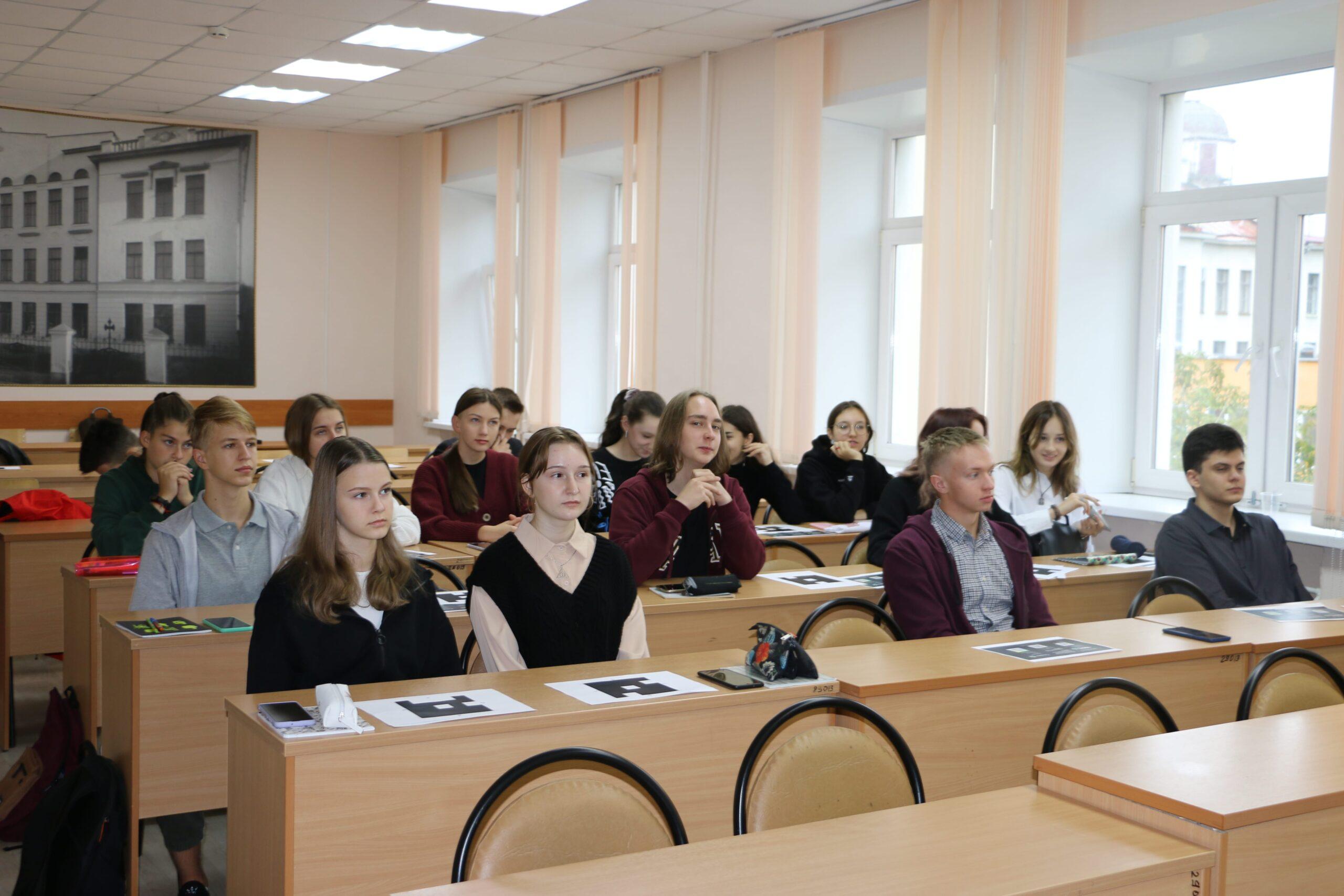 Марафон «Новое Знание»: Управляющий Тверским отделением Сбербанка обсудил с тверскими школьниками тренды будущего