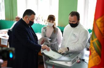 Губернатор Игорь Руденя проголосовал на избирательном участке в школе №14 Твери