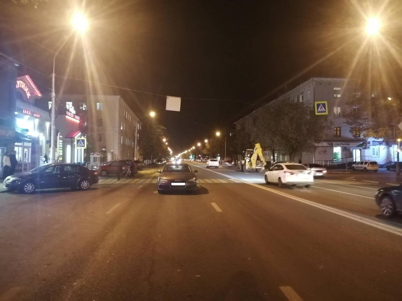 Женщина попала под колёса Audi на зебре в Твери
