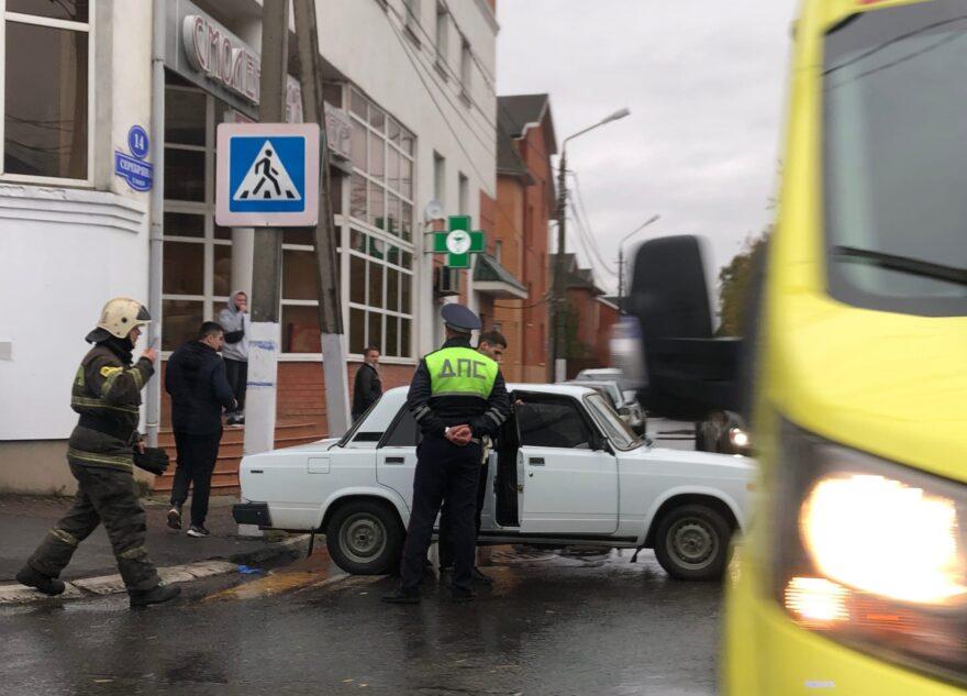 В Твери машина наехала на пешехода, пришлось вызывать медиков и спасателей