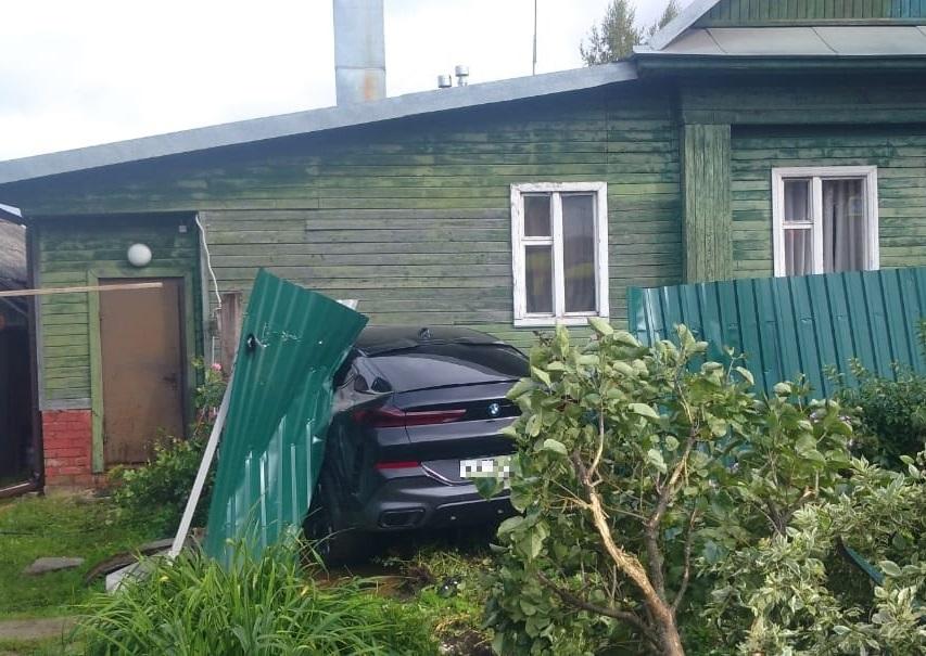 Водитель, которому стало плохо за рулём, протаранил забор в Твери