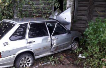 Водитель ВАЗа протаранил дерево в Тверской области