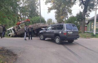 В Тверской области столкнулись внедорожник и автомобиль с краном-манипулятором