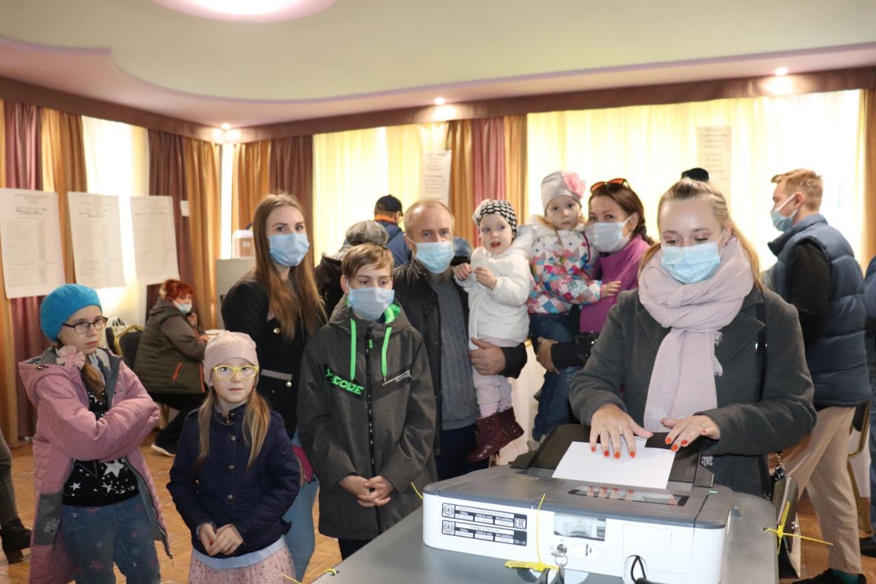 Многодетная семья Байковых, в которой воспитываются семеро детей, проголосовала в Твери