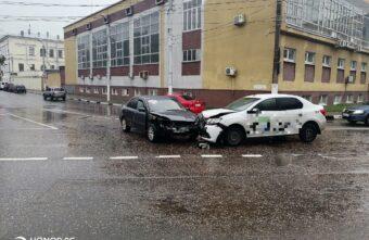 Пассажирка такси пострадала в столкновении с другой иномаркой в Твери