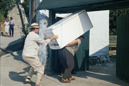 В Тверской области мужчина так хотел выпить, что стащил чужой холодильник