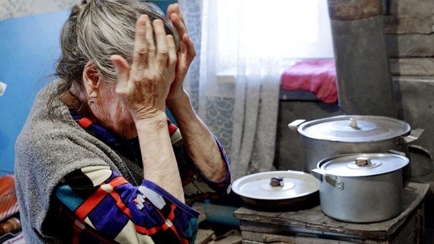 Внучка стащила у 80-летней бабушки из Тверской области последние деньги