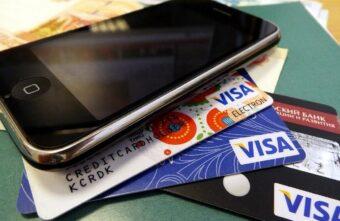 Посетительница кафе в Тверской области лишилась карты и телефона