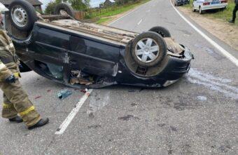Пьяный водитель иномарки перевернулся в Тверской области: пострадали двое