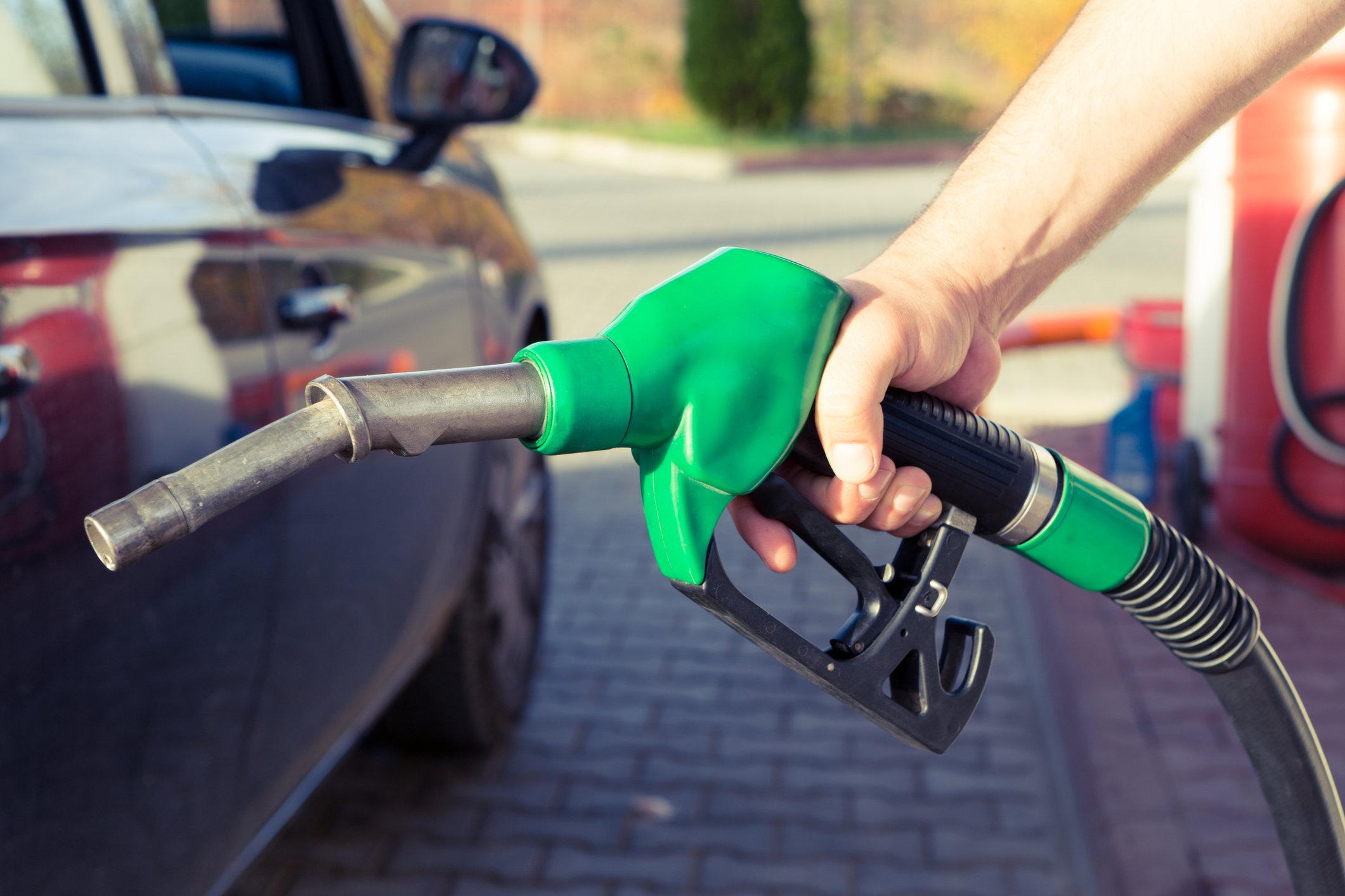 Цены на бензин в Тверской области снизились впервые за год