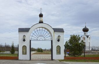 В Тверской области поймали двух воров, которые украли ворота на мемориальном кладбище