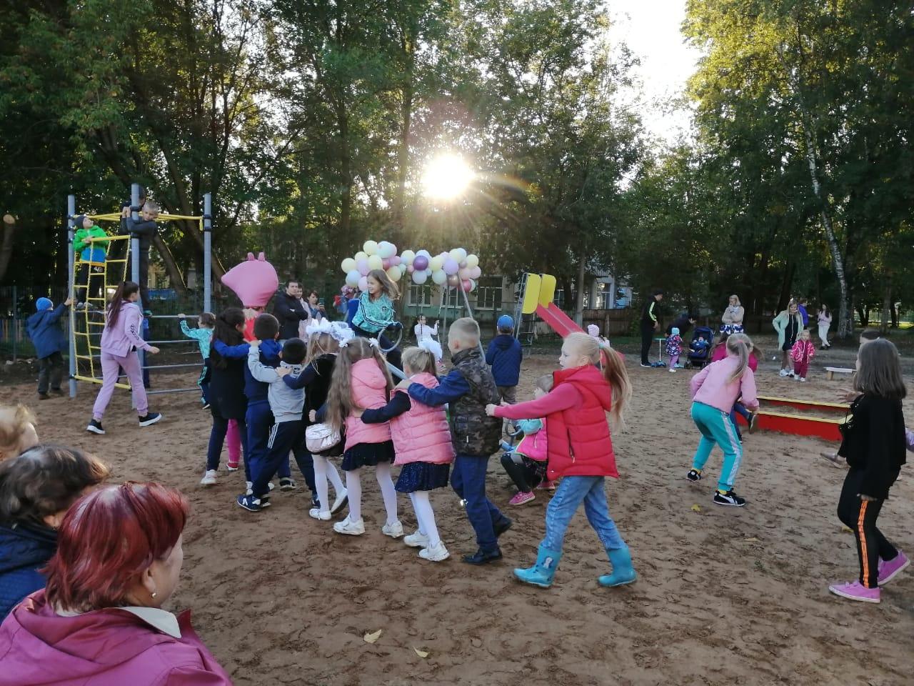Жители города в Тверской области обещали беречь новую детскую площадку
