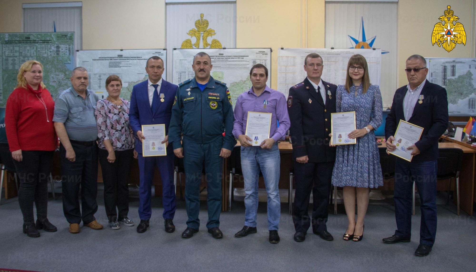 Четырёх жителей Тверской области, спасших людей от гибели, наградили медалями