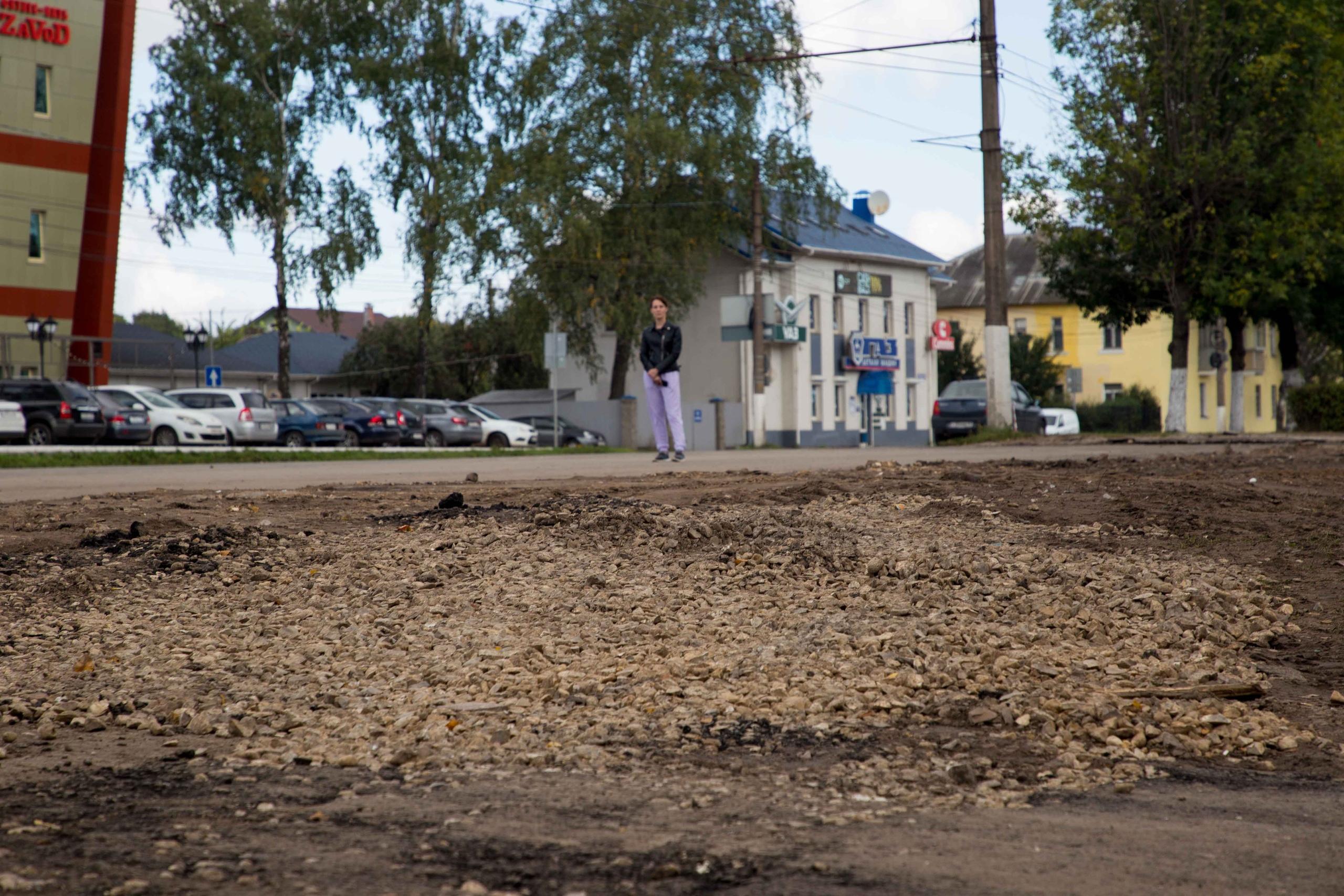 В Твери начали приводить в порядок автобусную остановку у кольца в Южном