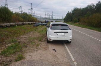 Водитель легковушки нарушил правила при обгоне в Тверской области и пострадал