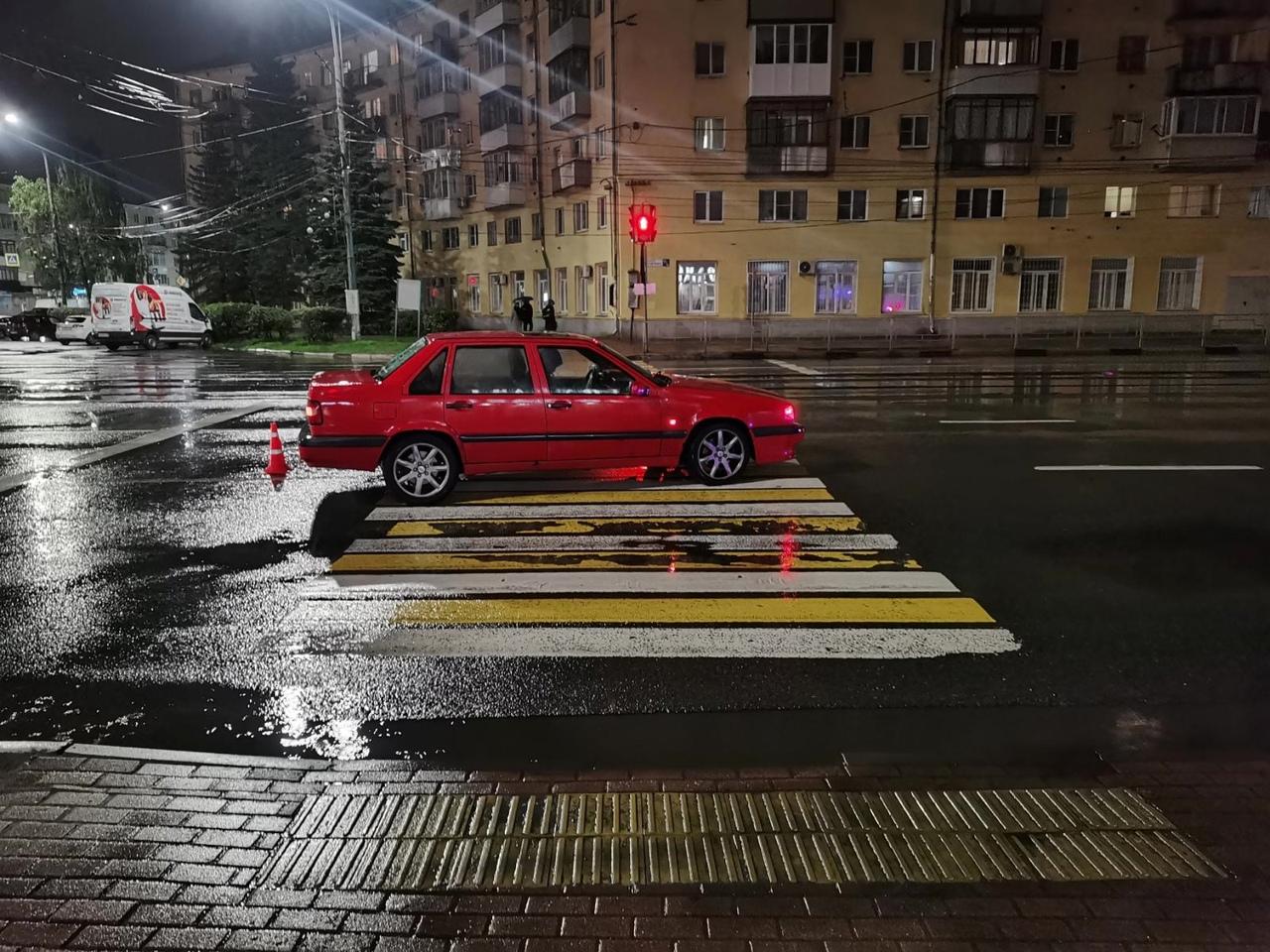 """В Твери водитель """"Вольво"""" сбил двух молодых людей на пешеходном переходе"""