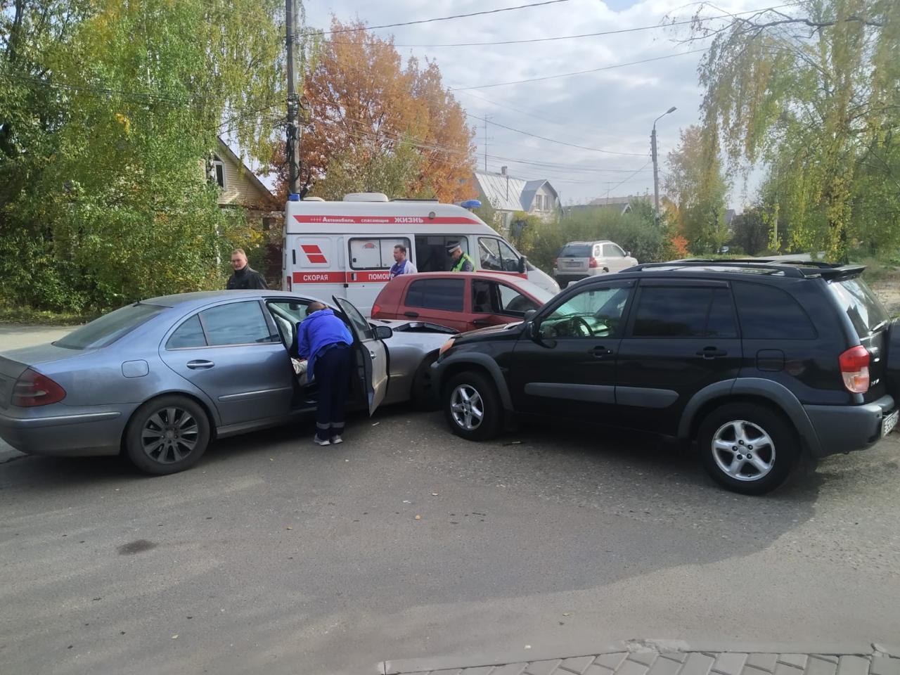 Три иномарки столкнулись в Твери: есть пострадавшие