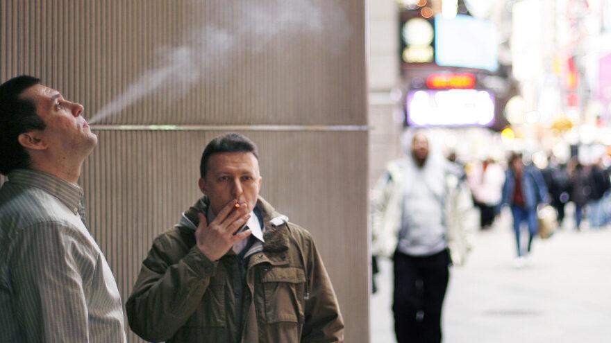 Курильщиков-нарушителей будут вычислять по камерам в Тверской области