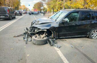 Молодой водитель иномарки обгонял легковушку в Твери и спровоцировал аварию