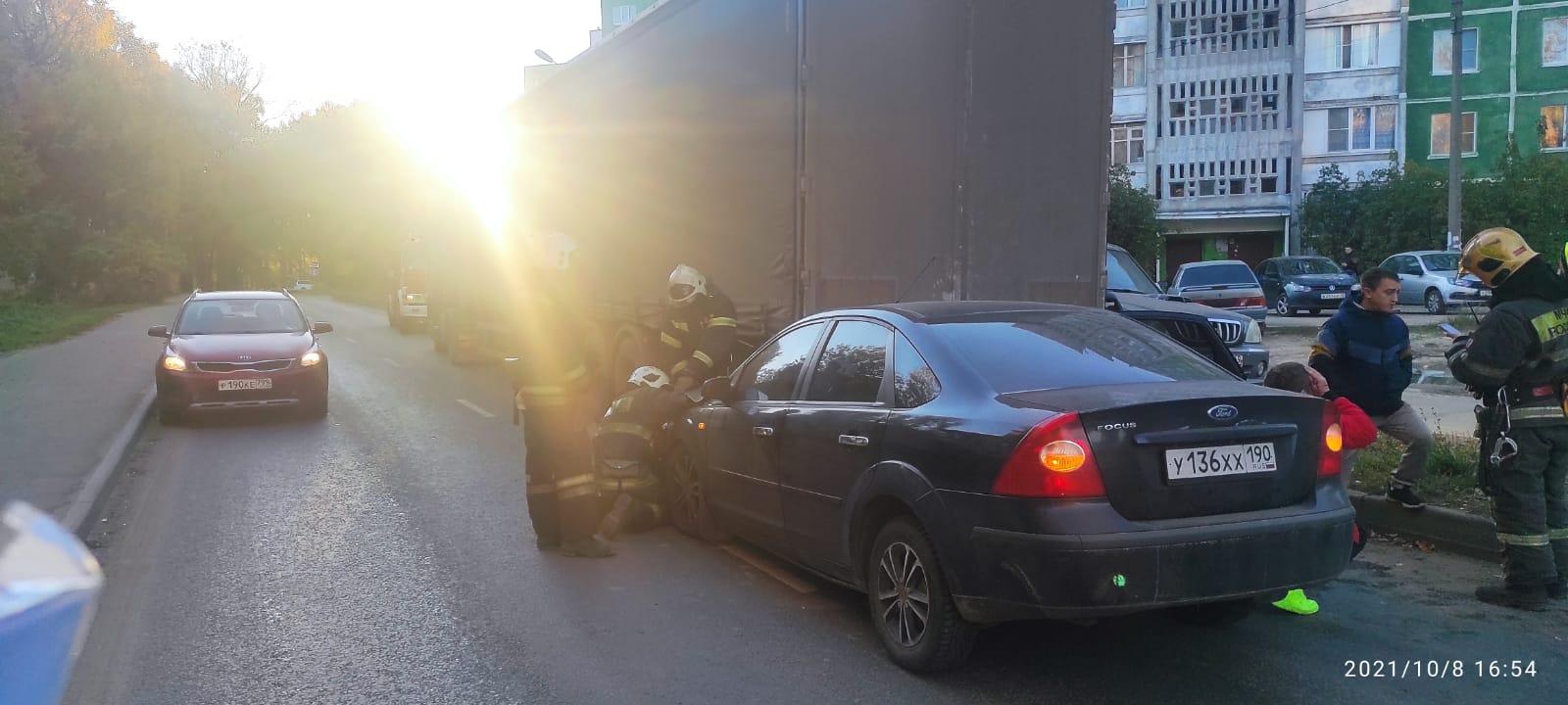 В Твери «Форд Фокус» врезался в стоящий автомобиль «Вольво»