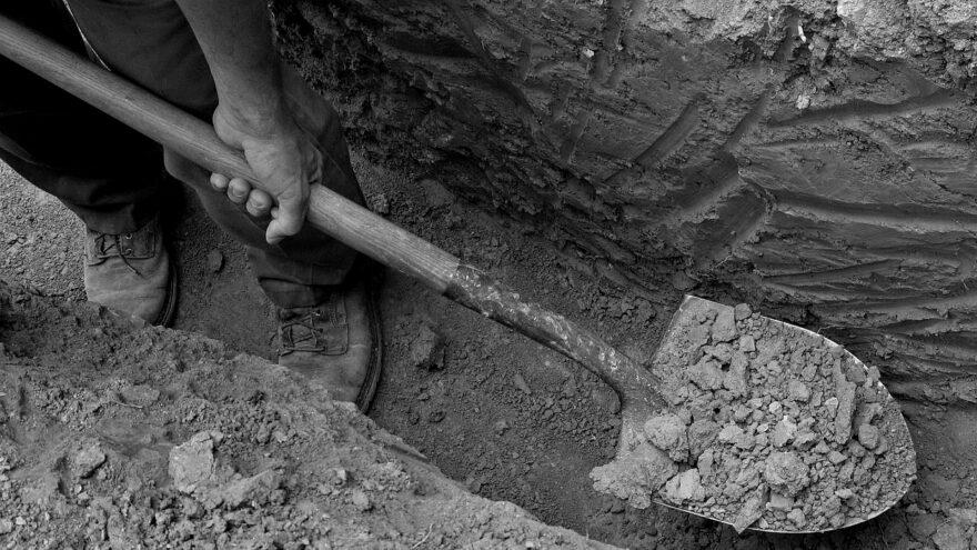 Житель Тверской области похитил соседа и заставил копать себе могилу